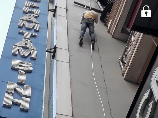 Dây thoát hiểm tầng 4, 5 tòa nhà 556 Nguyễn Văn Cừ