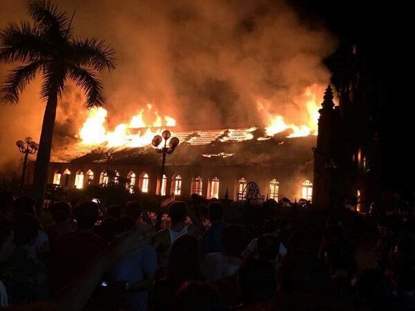 Cháy nhờ thờ bằng gỗ lim hơn 100 tuổi, nhiều người ngất lịm